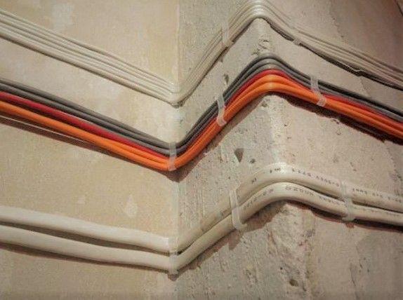 Как крепить кабель канал к бетонной стене?
